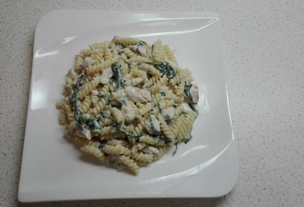 Těstoviny se sýrovou omáčkou a špenátem