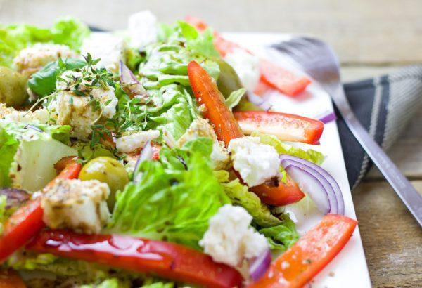 Pestrý salát s drůbežím masem