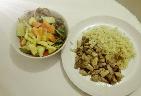 Kuřecí kousky s houbami a cibulí podávané s květákovou rýží