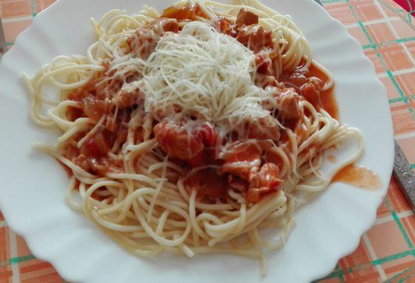 Špagety s kuřecím masem v rajčatové omáčce