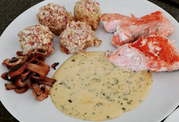 Losos s majonézovou omáčkou a batátovo-mandlovými koulemi