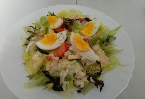 Vydatný salát s vejcem, parmazánem a dresingem