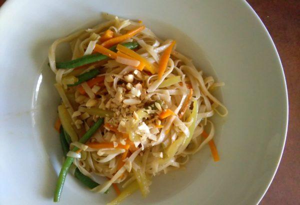 Rýžové nudle se zeleninou a arašídy