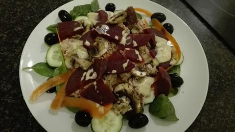 Salátek s tuňákem, červenou řepu a houbami
