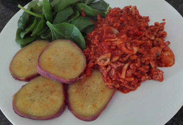 Hovězí maso v rajčatové omáčce podávané s batáty