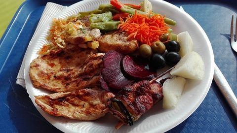 Grilované kuřecí prsíčko a vepřový špíz se zeleninou