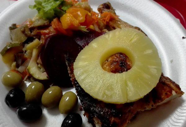 Pečené kuřecí stehno se zeleninovou přílohou a ananasem