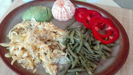 Míchaná vejce s lososem a zelenými fazolkami na ghí