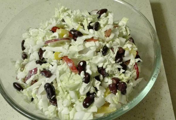 Salát s cottage sýrem a fazolemi