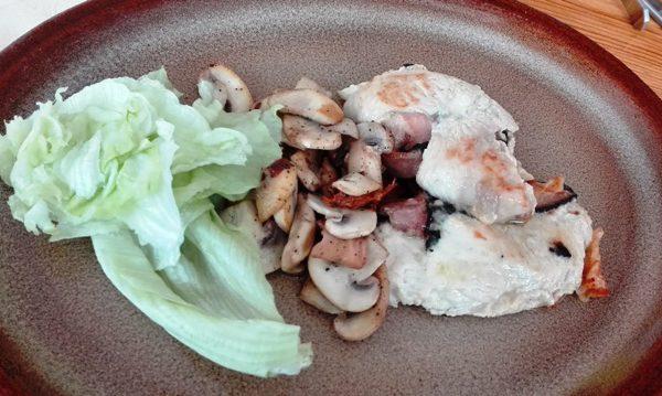 Kuřecí kapsa plněná mozzarellou a slaninou podávaná s houbami