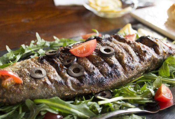 Grilované ryby v alobalu s houbami