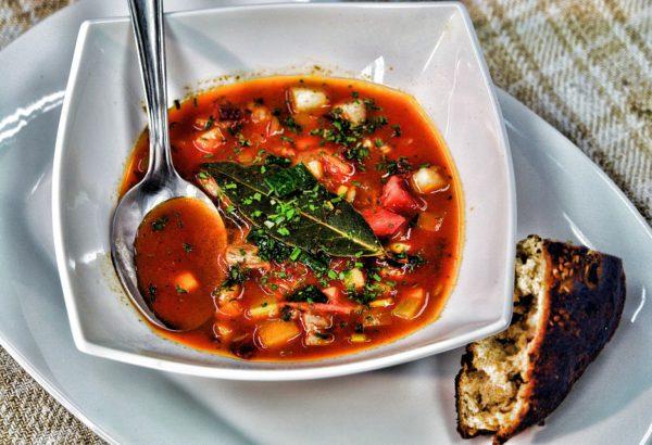 Polévka ze zelené papriky a rajčat