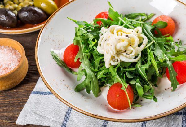 Plněná rajčata vajíčkem na salátu