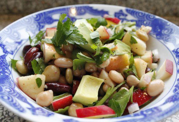 Masový salát s fazolemi