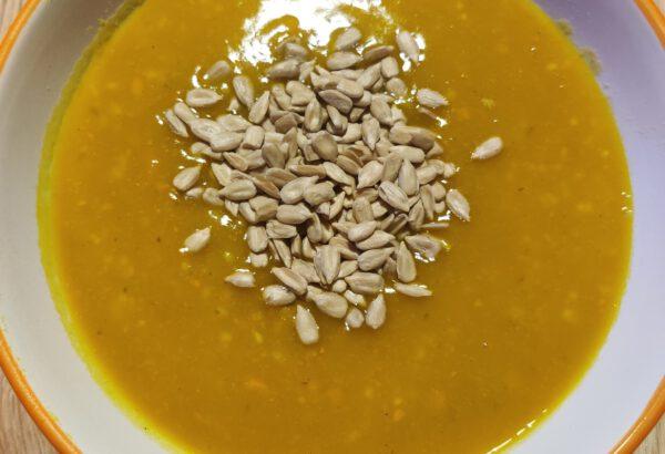 Dýňová polévka s kari a slunečnicovými semínky