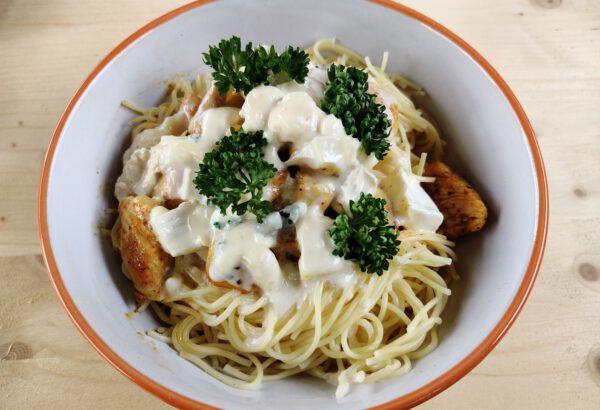 Špagety se sýrovou omáčkou a kuřecím masem