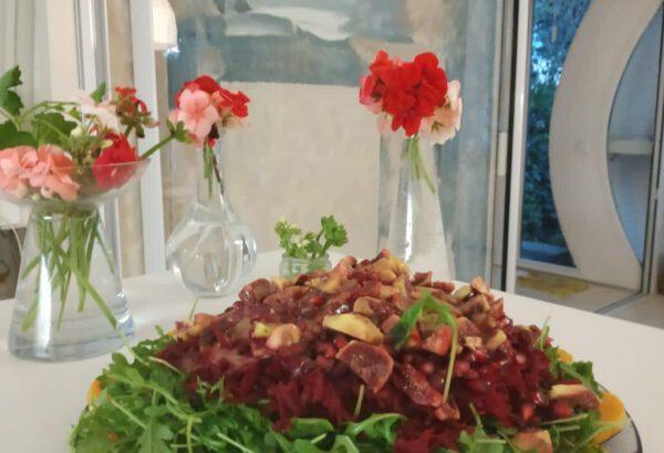 Pečená dýně s rukolou, červenou řepou a granátovým jablkem