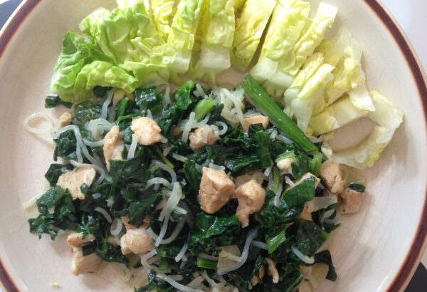 Kuřecí maso, listový špenát, rýžové nudle a salát