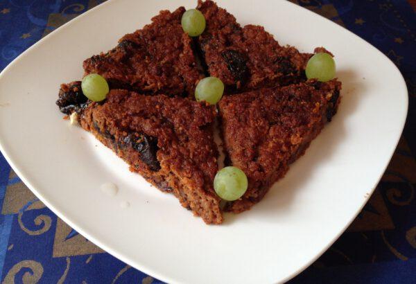 Mrkvový koláč se sušenými švestkami