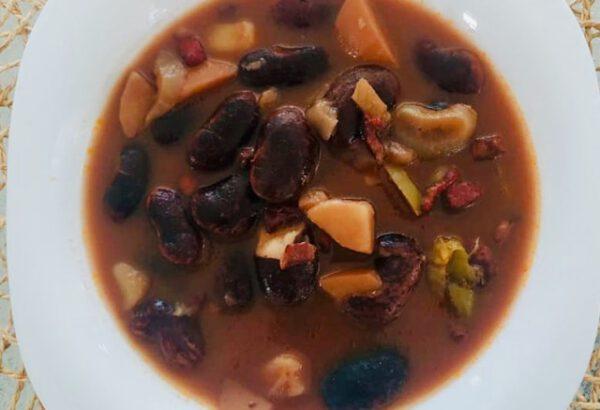 Fazolová polévka s lečem