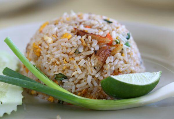Smažená rýže s vejci, která je v Číně základním jídlem