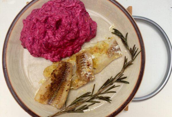 Ryba s lehkým salátem z červené řepy