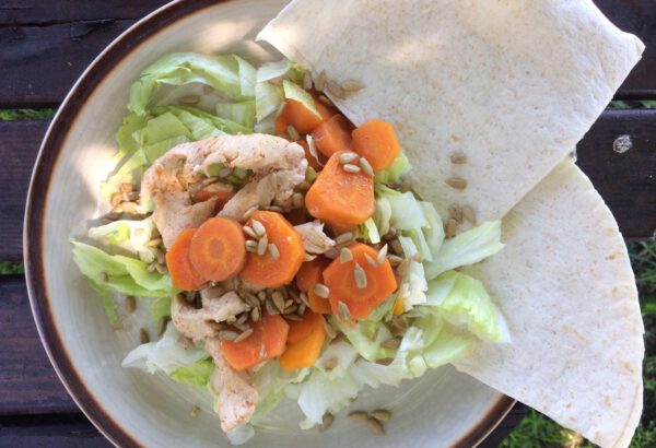 Lehký letní salát s kuřecím masem a mrkví