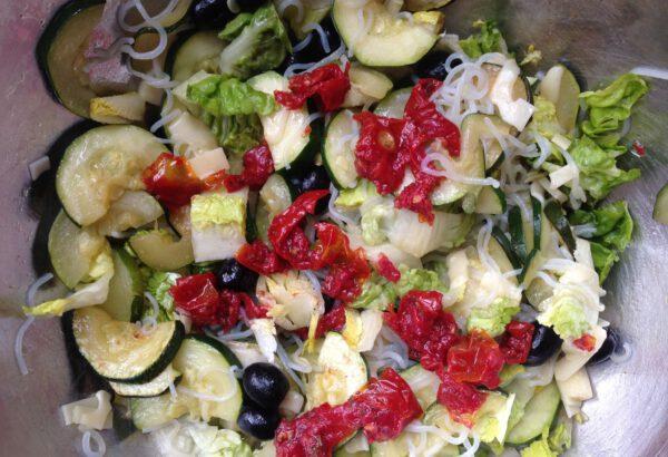 Salát z cukety, ledového salátu a nudlí konjac